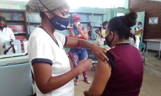 Aplicada segunda dosis de la vacuna contra la Covid-19 a docentes de Revenga