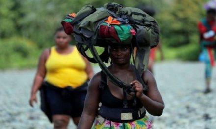 Unos 10 mil migrantes aguardan para cruzar de Colombia a Panamá