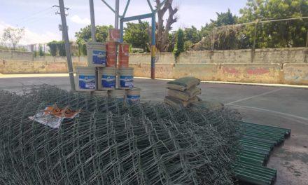 Alcalde de Linares Alcántara entregó materiales para la recuperación de la cancha en el sector El Museo