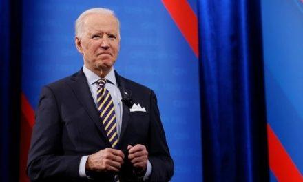 Disminuye aprobación de Biden mientras el Covid-19 avanza en EEUU